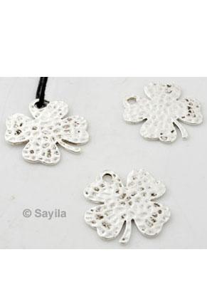 www.sayila.be - Metalen hanger/bedel klavertje vier ± 24,5x23mm (oogje ± 2mm)