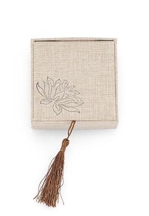 www.sayila.nl - Kunststof/stoffen cadeaudoosje met kwastje 6x6x3,7cm ^