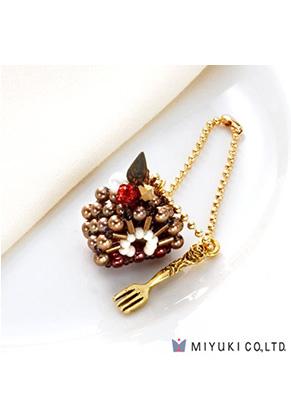 www.sayila.fr - Miyuki kit de bijoux pendentif gâteau Sweets Charm No. 23 Mocha Roll Cake