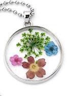 www.sayila-perlen.de - Halskette mit Glasanhänger mit Trockenblumen 80cm - J04063